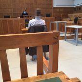 """<p class=""""caption"""">Der geständige Angeklagte vor Richterin Sabrina Tagwercher. Er richtete einen Schaden von 12.600 Euro an.VN/GS</p>"""