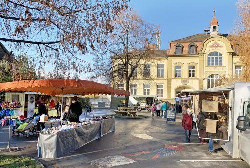 Der Harder Wochenmarkt auf dem früheren Schulhof im Ortszentrum hat sich bewährt. ajk