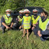 """<p class=""""caption"""">Der kleine Julian wird kurz nach dem Unfall von den Polizisten als Held gefeiert.</p>"""