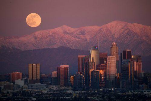 """Der letzte Vollmond im Jahr 2020 (""""Cold Moon"""") erstrahlt hinter dem San Gabriel-Gebirge und der Skyline von Downtown Los Angeles. AFP"""