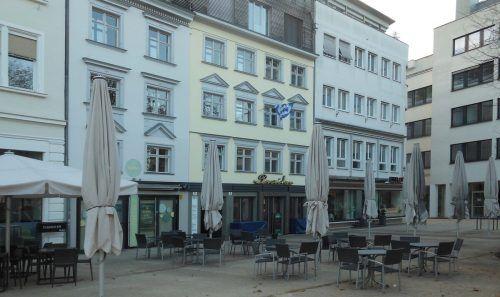 Der Mohren 1895 und heute. Aus dem gut bürgerlichen Wirtshaus wurde ein angesagter Grieche. Im Haus links daneben gab es köstliche Pärle beim Glatthaar. fst