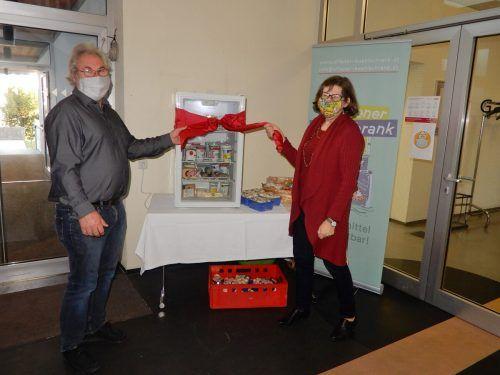 Der Offene Kühlschrank im Kolpinghaus wurde von Ingrid Benedikt (rechts) und dem Leiter des Hauses, Peter Rosenzopf, feierlich eröffnet.cth