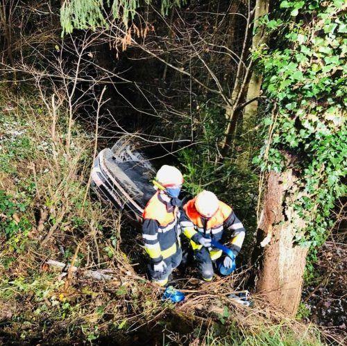 Der Pkw hatte sich bei dem Sturz im Unterholz überschlagen.