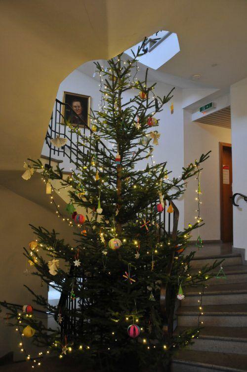 Der Schmuck für den Christbaum im Gemeindeamt stammt von Schülern.