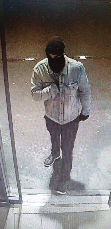 Der Täter auf dem Bild einer Überwachungskamera. POLIZEI