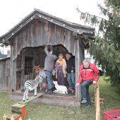 """<p class=""""caption"""">Die aus altem Holz gestaltete Götzner Dorfkrippe wurde vor mehr als drei Jahrzehnten gebaut und präsentiert sich Jahr für Jahr aufs Neue.Meusburger</p>"""
