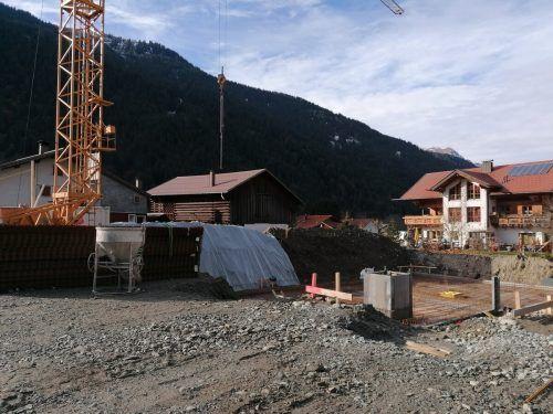 Die Bauarbeiten für das neue Wohnbauprojekt direkt an der L188 sind in vollem Gang. Bis in einem Jahr sollen hier acht Wohnwerber eine neue Heimat finden.VN/HP
