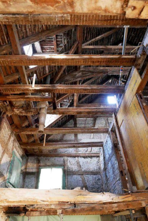 Der Dachstuhl des Hauses wurde freigelegt und bereits saniert. Stadt