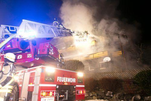 Die Feuerwehr beim Löschangriff mit dem Steiger.
