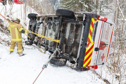 Die Feuerwehren von Sonntag und Raggal bargen das Rettungsfahrzeug, das über eine Böschung abgerutscht war. HOFMEISTER