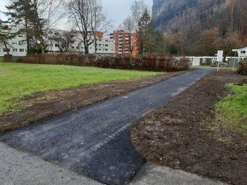 Die Fußweg zum Friedhof wurde jetzt asphaltiert.Stadt