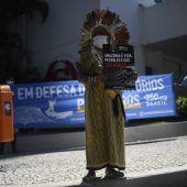 """<p class=""""factbox"""">Die indigene Führerin Ninawa Inu Huni Kui protestiert in Rio de Janeiro für ein Ende der Erdölgewinnung im Amazonas-Gebiet.AFP</p>"""