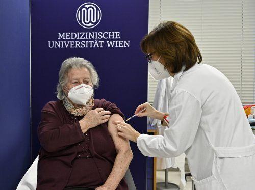 Die Pensionistin Theresia Hofer war die erste Österreicherin, die am Sonntag gegen das Coronavirus geimpft wurde. APA