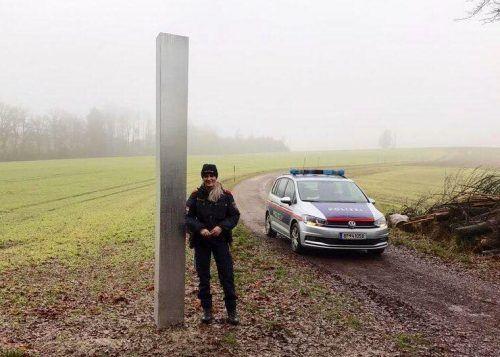 Die Polizei in Peuerbach ließ den Monolithen abtransportieren. facebook