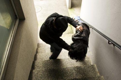 Die schwer verletzte Frau wurde in einem Stiegenhaus vorgefunden, vorher kam es zu einer Auseinandersetzung mit ihrem Freund. SYMBOL/HARTINGER