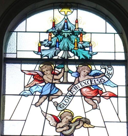 Dieses Glasfenster mit Weihnachtsbaum nach dem Entwurf von Gottlieb Schuler befindet sich in der Pfarrkirche Lauterach. R. Sagmeister