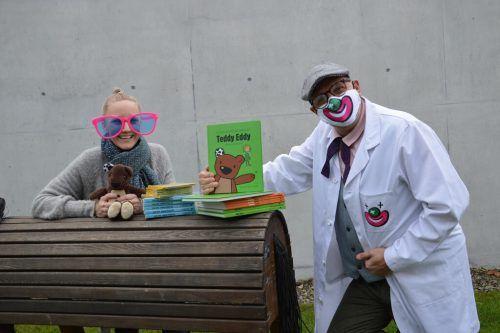 Dr. Toll-Patsch nimmt von Ingrid Hofer eine Sachspende für die CliniClowns entgegen.vv
