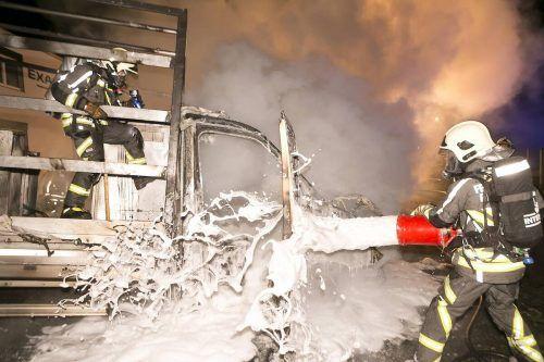 Drei Feuerwehren bekämpften den Fahrzeugbrand mit Löschschaum, die Flammen wurden rasch eingedämmt. D. MATHIS