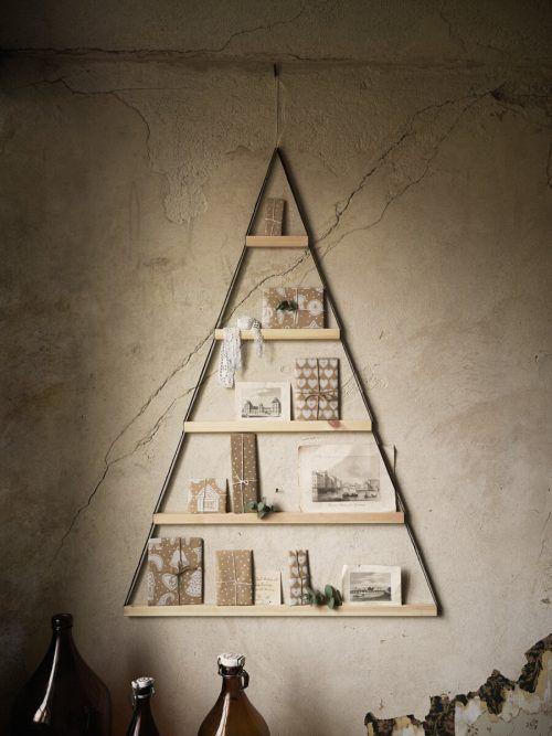 Dreieckige Holzrahmen für die Wand in Form eines Weihnachtsbaumes.ikea