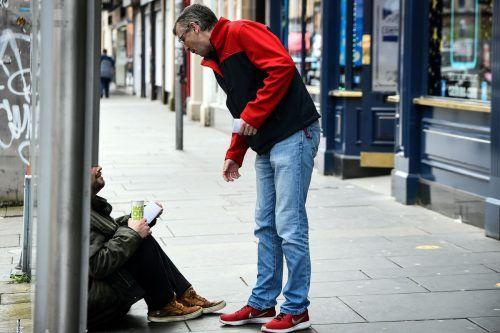 Drogenberater bei der Verteilung von Flyern an Abhängige. AFP
