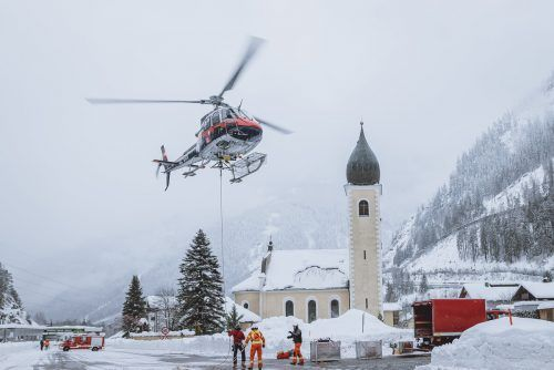Ein Polizei-Helikopter bei einem Versorgungsflug in Huben in Osttirol. APA