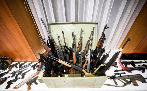 Ein Teil der bei den Ermittlungen beschlagnahmten Waffen, die bei der Pressekonferenz präsentiert wurden. APA