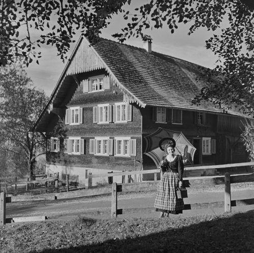 Eine Frau in schöner Tracht, in Dornbirn Unterries.