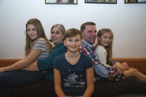 Eine glückliche Familie: Die herzkranke Joana (im Vordergrund) mit ihren Eltern Kerstin und Christian Bösch und ihren Schwestern Michelle und Liane.VN/Paulitsch
