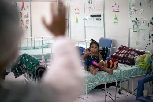 Eine Krankenschwester winkt einem Mädchen in einem Feldkrankenhaus im brasilianischen Belem zu. AFP