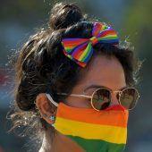 """<p class=""""factbox"""">Eine LGBTQ-Aktivistin (Lesbian,Gay,Bisexual,Transgender andQueer)nimmt an der """"Pride"""" im indischenBangalore teil. AFP</p>"""