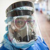 """<p class=""""factbox"""">Eine Mitarbeiterin der Intensivstation im Alberto Sabogal Sologuren Spital in Lima posiert mit Anti-Corona-Schutzausrüstung. AFP</p>"""