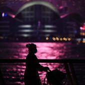 "<p class=""factbox"">Einen nächtlichen Spaziergang macht diese Frau entlang der Promenade im Victoria Harbour in Hongkong. AFP</p>"