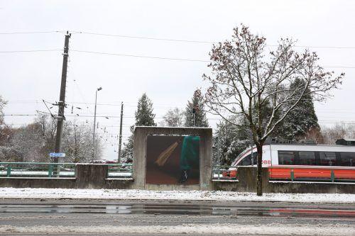 Eines der Billboards von Knebl & Scheirl an der Bregenzer Bahnhofstraße. kub