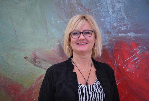 Elisabeth Suter in ihrem Atelier vor einem ihrer Werke. HRJ