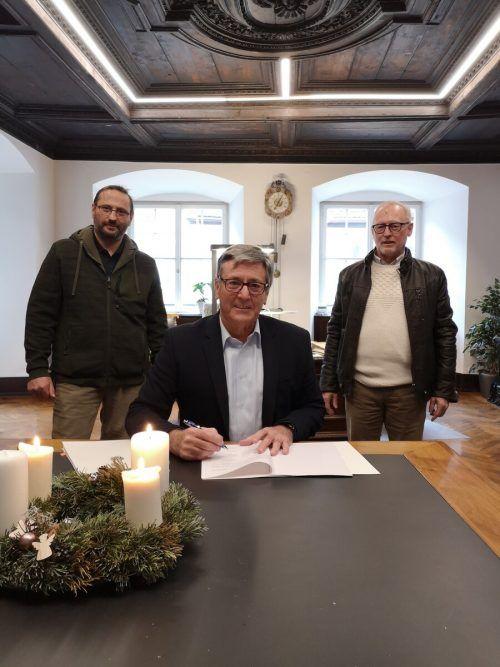 Elmar Nöckl (Leiter Abteilung Forstwirtschaft), Bürgermeister Wolfgang Matt und der zuständige Stadtrat Rainer Keckeis bei der Vertragsunterzeichnung. Stadt