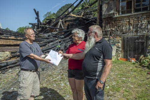 """Familie Matt aus Laterns, deren Haus einem Brand zum Opfer fiel, bekam im Juli dieses Jahres eine Ersthilfe von """"Ma hilft""""-Vizeobmann Klaus Hämmerle überreicht. VN/Paulitsch"""