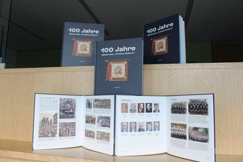 """Frisch gedruckte Chronik """"100 Jahre Männerchor Frohsinn Nofels"""".Gemeinde"""