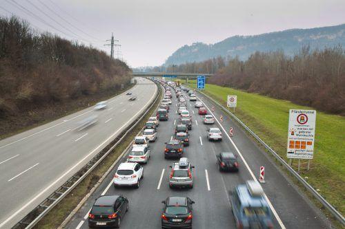 Gelegentliche Staus auf der A 14 täuschen nicht über weniger Verkehr hinweg. vn