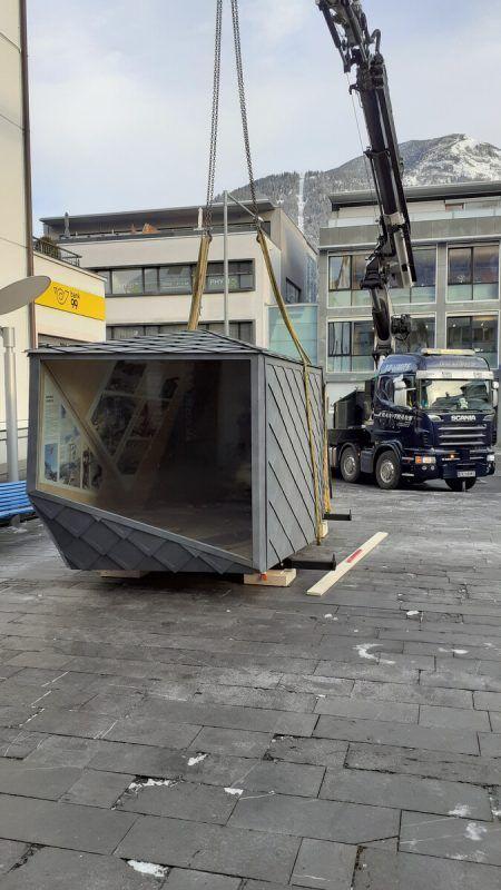 Gestern Vormittag wurde der eindrucksvolle Ausstellungspavillon auf dem Postplatz in Stellung gehievt.SES