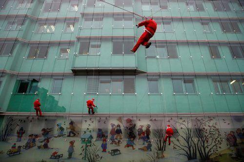 Gleich mehrere kletternde Weihnachtsmänner sorgen in einem Kinderspital in Ljubljana für eine gelungene Überraschung. reuters