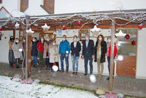 Gruppenbild vor dem besonderen Adventkalender mit Mut machenden Botschaften im Kinderdorf Kronhalde in Bregenz.