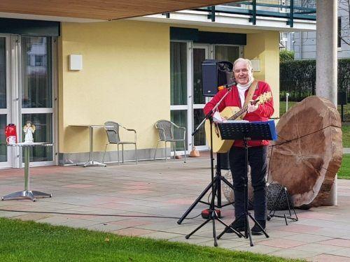 Hans Hammerer spielte für die Bewohner vor dem Senoiorenheim. Caritas