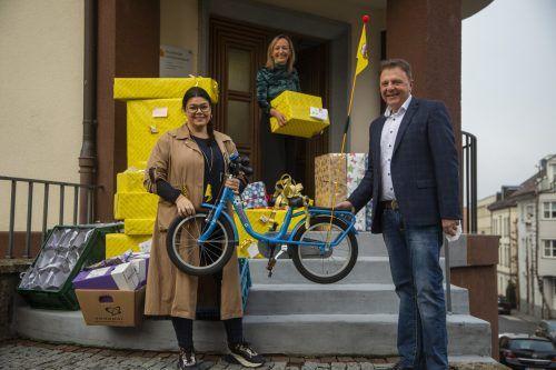 Horst Veile-Reiter übergab die Geschenke persönlich an Patricia Zupan-Eugster (l.) und Andrea Kramer. VN/Paulitsch