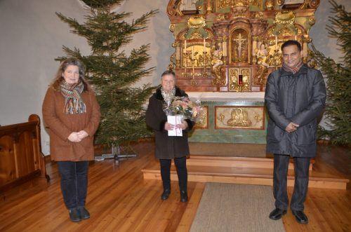 Ida Strolz (Mitte) wurde nach 30 Jahren Mesnerdienst verabschiedet. Claudia Margreitter und Pfarrer Jose Chelangara bedankten sich herzlich für ihr jahrelanges Engagement.DOB