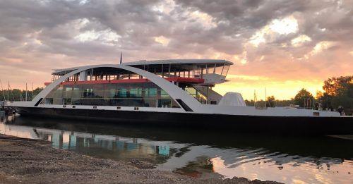 """Im Juli erfolgte der Stapellauf des """"Rohbaus"""" der neuen Bodenseefähre, die derzeit in Konstanz fertiggestellt wird und im Frühjahr 2021 in Betrieb gehen soll. bsb"""