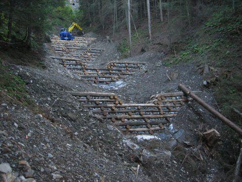 Im Rahmen der Arbeiten werden Stützwerke instand gesetzt und erneuert.