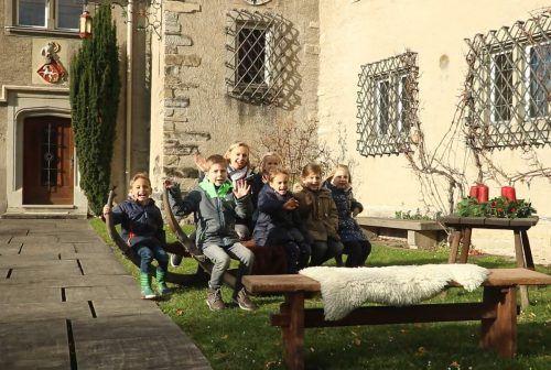 Im Schlosshof erzählen Kinder vom Kindergarten Rickenbach, was ihnen an Weihnachten wichtig ist. Quelle youtube