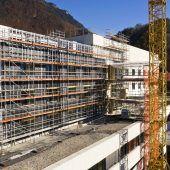 """<p class=""""caption"""">Im Zuge der Umbauarbeiten wird die markante Sägezahnfassade durch eine neue Steinfassade ersetzt.</p>"""