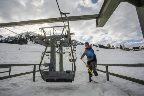 In den Skigebieten, wie hier in Schetteregg, liefen gestern die Vorbereitungen auf Hochtouren. Dass die Saison am 24. Dezember startet, ist allerdings fraglich.VN/Paulitsch