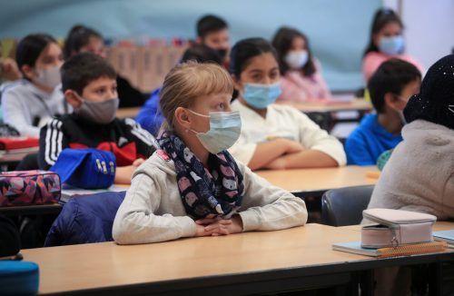 In manchen Ländern müssen Mittelschüler Masken tragen. Reuters